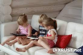 дети играют в планш